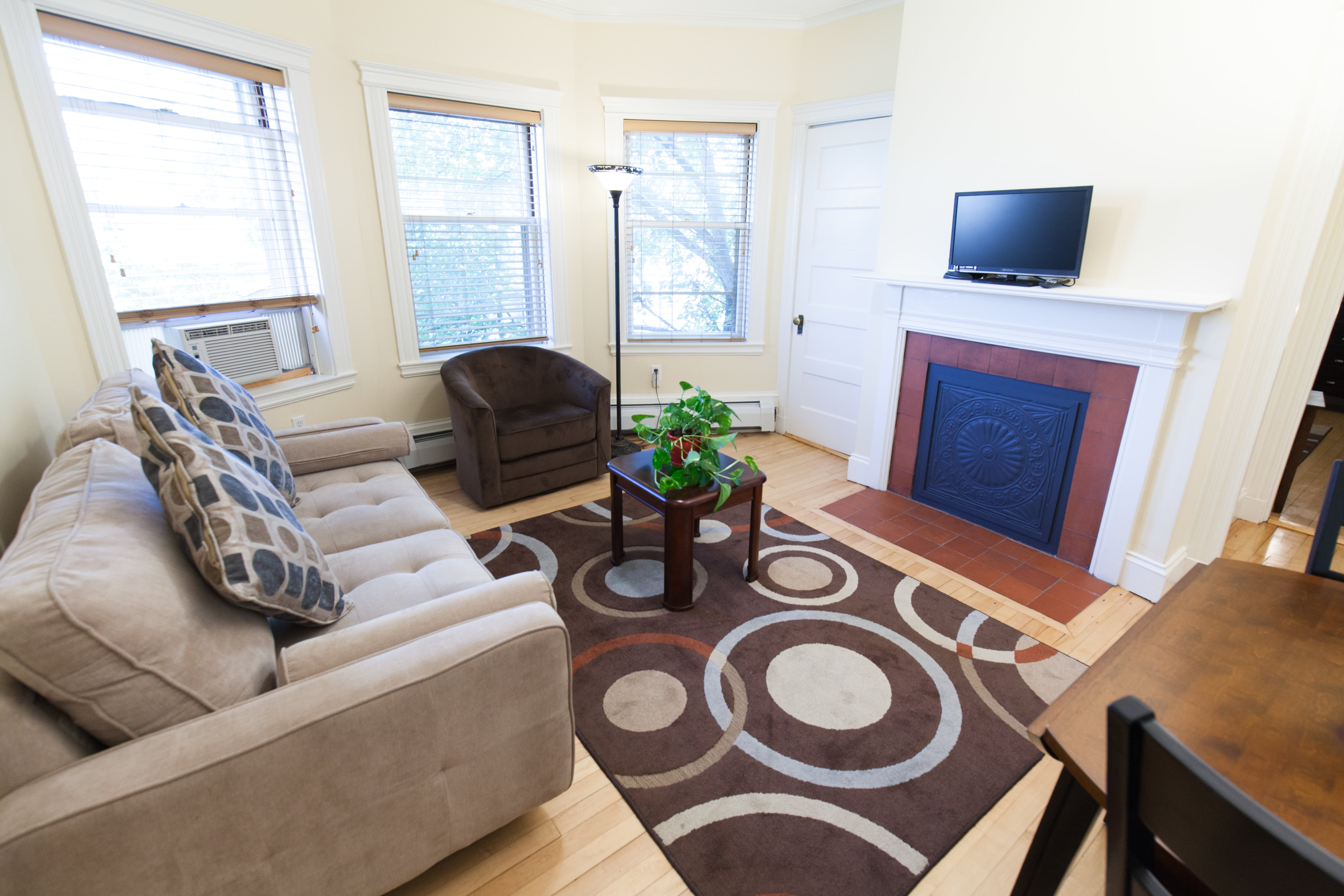 Living room of 83 Brattle Street one bedroom apartment with furnishings